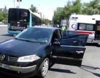 Bayan sürücünün kullandığı araç, bir başka araca arkadan çarptı
