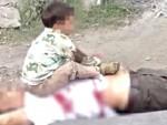 Öldürdükleri dedesinin göğsüne oturtup fotoğraf çektiler